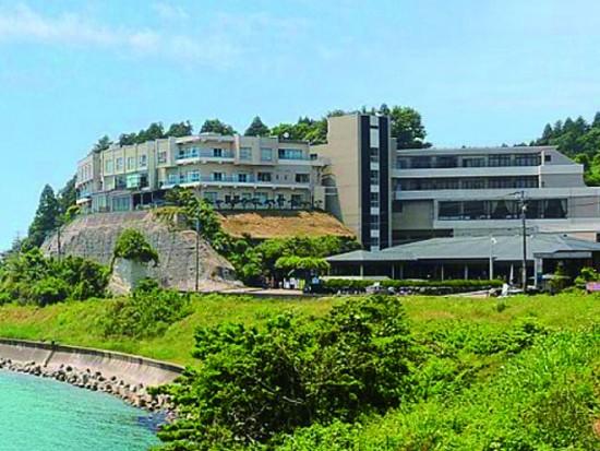 富山湾を眺望できる。宴会場も完備しているうみあかりは食事会、披露宴にはもってこい。